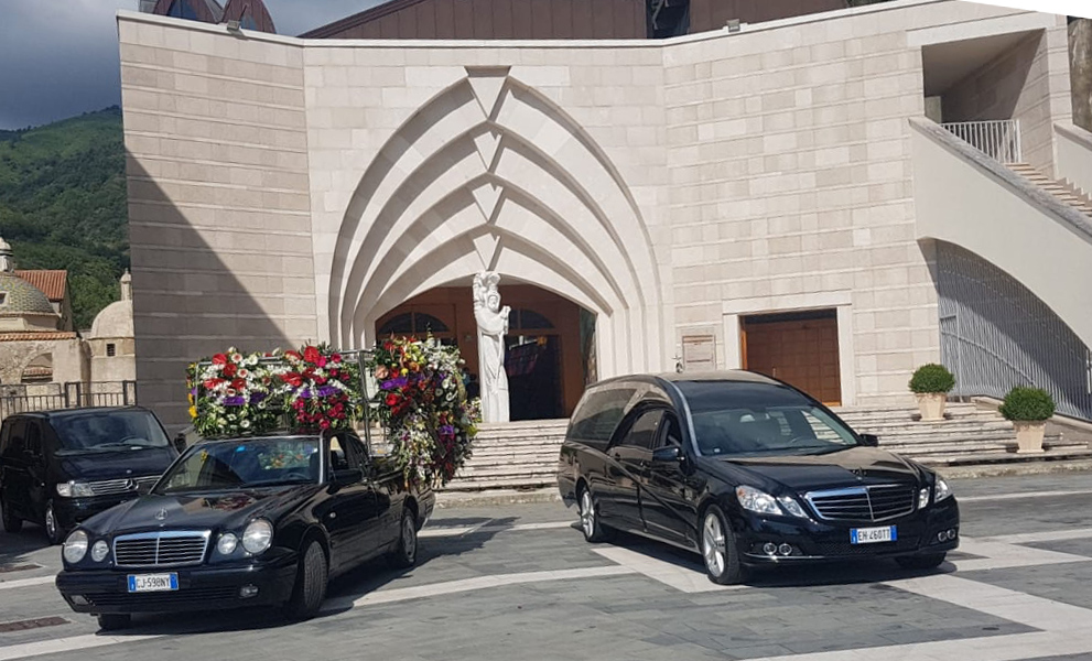 Autofunebre furgone portacorone fioriera funebre Mercedes funerale corteo