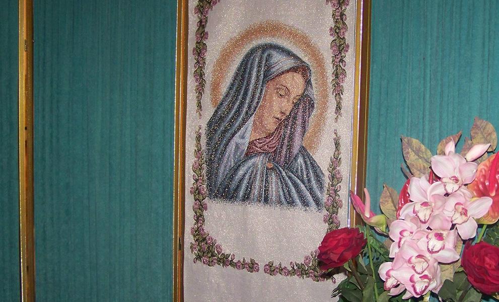 camera ardente pannello Madonna fiori reggibara lampada tappeto portafiori