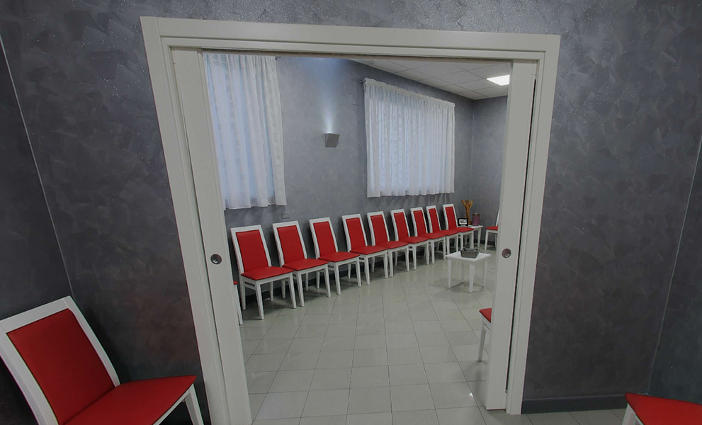 Casa del funerale sedie esposizione feretro sala defunto